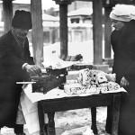 14 vanzator nuga1 150x150 Galerie foto Bucurestiul vechi: Din societate