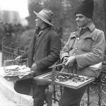 20 vanzatori ambulanti schimbandu si locul pentru a nu fi p1 150x150 Galerie foto Bucurestiul vechi: Din societate