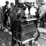 37 flasnetar cu papagal ghicitor1 150x150 Galerie foto Bucurestiul vechi: Din societate