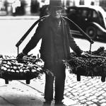 49 vanzator de fructe1 150x150 Galerie foto Bucurestiul vechi: Din societate