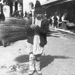 70 negustor de tarnuri1 150x150 Galerie foto Bucurestiul vechi: Din societate