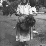 71 femeie vanzand verdeturi1 150x150 Galerie foto Bucurestiul vechi: Din societate