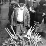 77 taran din m tii apuseni vanzand ustensile din lemn facu1 150x150 Galerie foto Bucurestiul vechi: Din societate