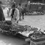78 vanzator ambulant de fructe la coltul strazii1 150x150 Galerie foto Bucurestiul vechi: Din societate